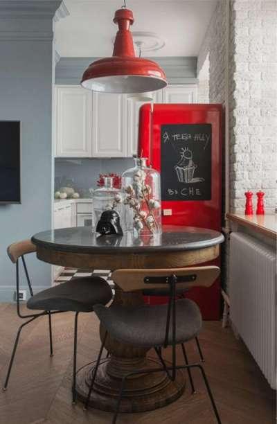 интерьер маленькой кухни с красным холодильником