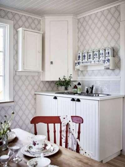 интерьер маленькой кухни с угловым шкафом