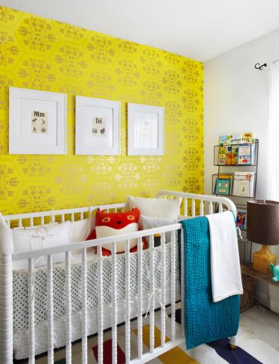 жёлтые обои в детской комнате