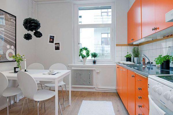 оранжевый в интерьере белой кухни