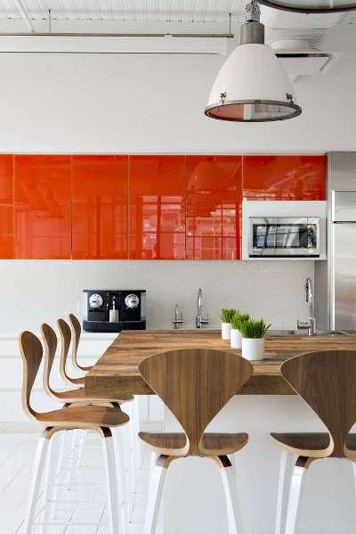 оранжевая кухня с глянцевыми поверхностями