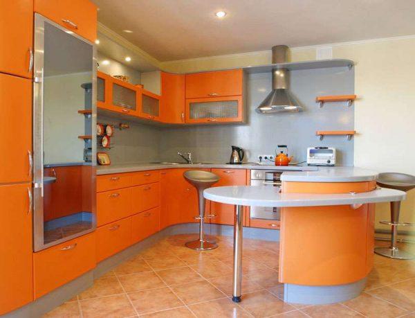 угловой оранжевый гарнитур в интерьере кухни