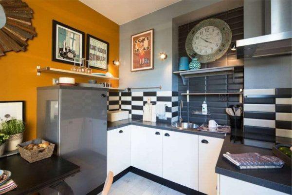 оранжевый акцент на стене кухни