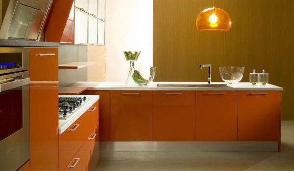 оранжевый модный гарнитур на кухне