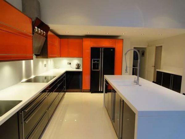 оранжевый гарнитур в интерьере кухни