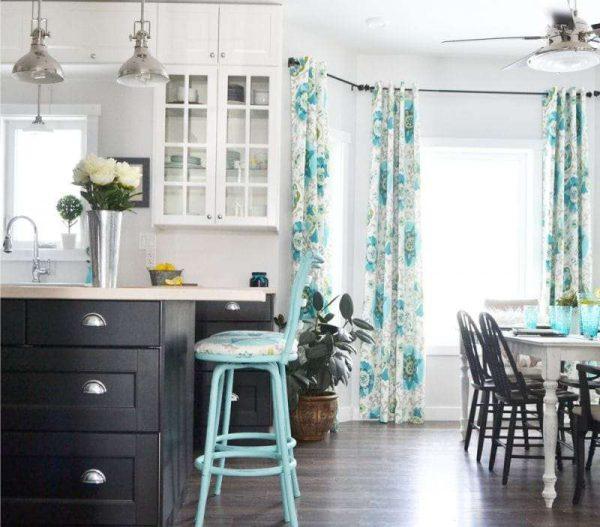 прямые шторы с цветами на кухне