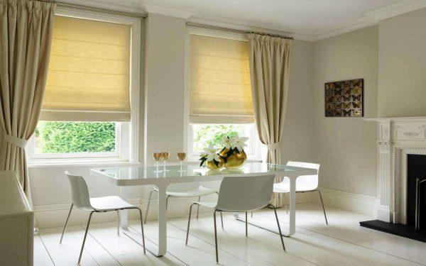 рулонные и классические шторы на кухне