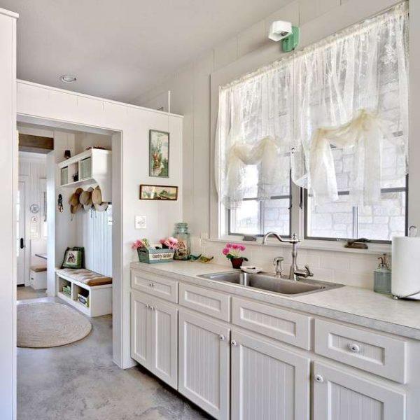 короткие шторы из прозрачной ткани в интерьере кухни