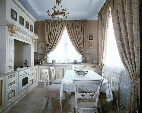 шторы в интерьере кухни в классическом стиле