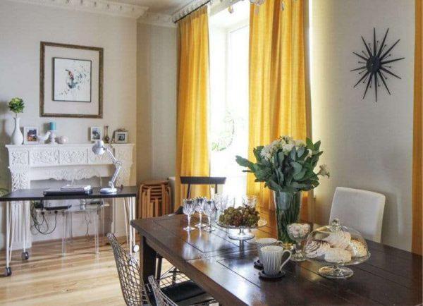 жёлтые шторы в интерьере кухни