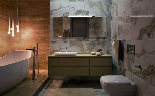 дерево и мрамор в интерьере ванной комнаты