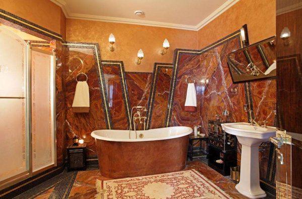 натуральный камень с мозаикой в отделке ванной комнаты