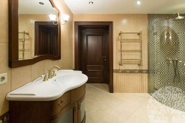 двери из дерева в интерьере ванной комнаты