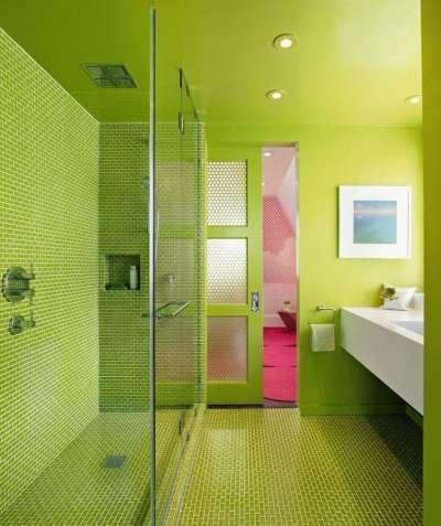 яркие двери купе в интерьере ванной комнаты