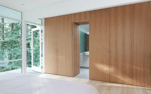 двери из дерева в интерьере ванной