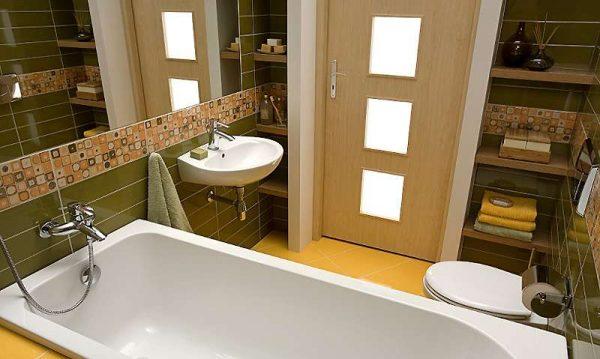двери со вставками из стекла в ванной комнате
