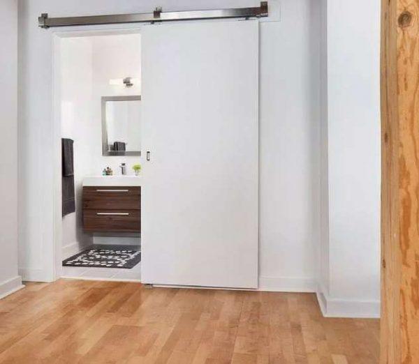 двери в интерьере ванной комнаты