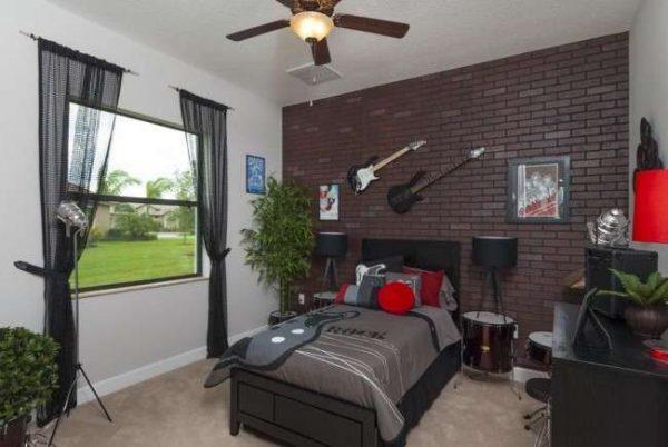 гитары на стенах в комнате мальчика подростка