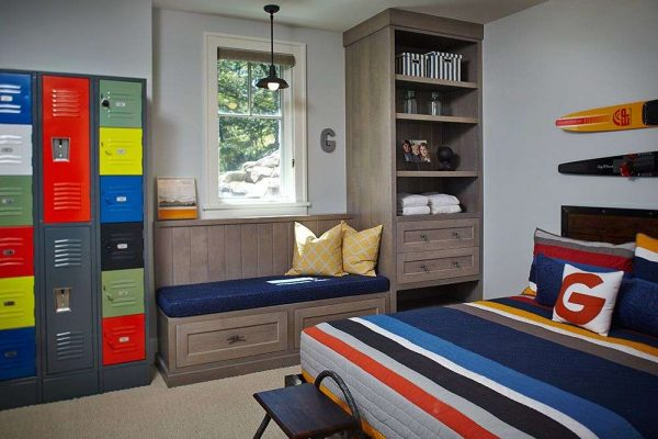 яркие шкафчики в интерьере комнаты мальчика