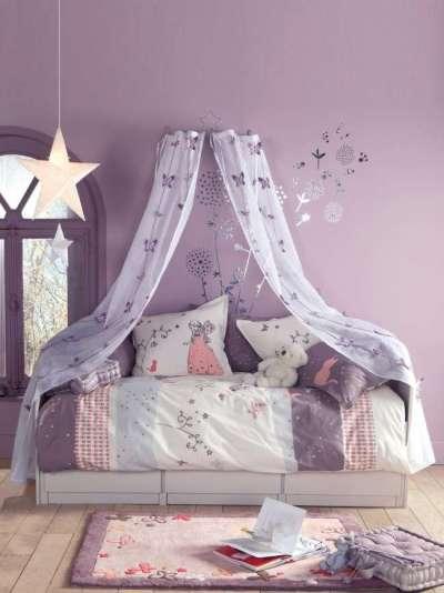 кроватка с балдахином в детской комнате