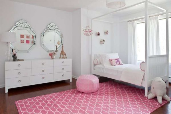 розовый ковёр в интерьере детской комнаты девочки