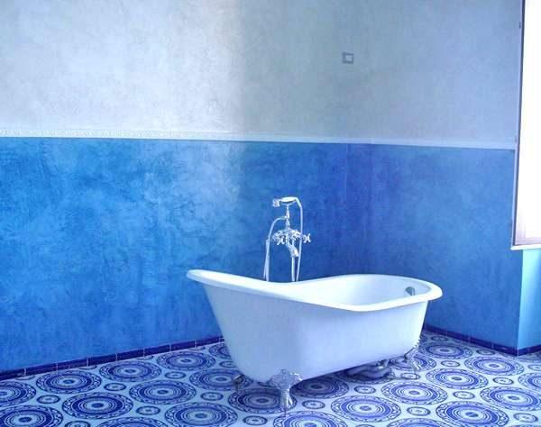 голубая и синяя краска на стенах ванной