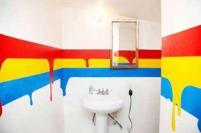 яркие краски на стенах ванной комнаты