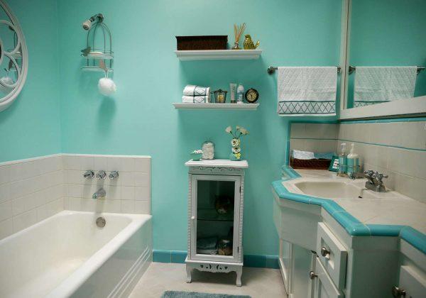 интерьер ванной комнаты с бирюзовыми стенами