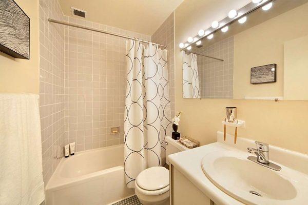интерьер ванной комнаты с бежевыми стенами