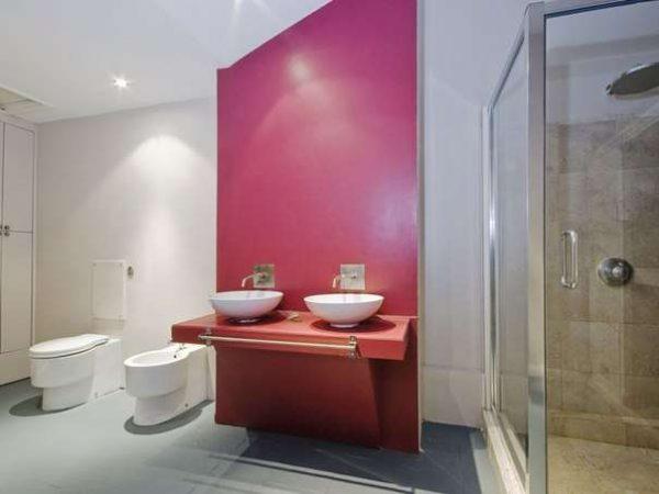 акцентная розовая стена в ванной
