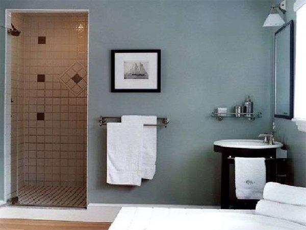 интерьер ванной комнаты с серыми стенами