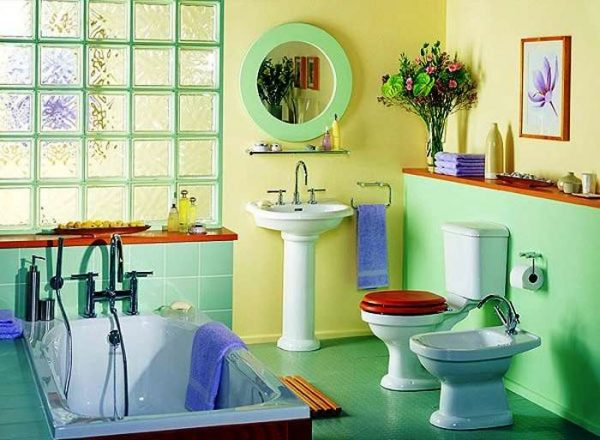 яркая водоэмульсионная краска на стенах ванной комнаты