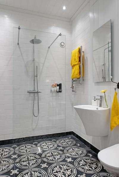белый интерьер маленькой ванной комнаты