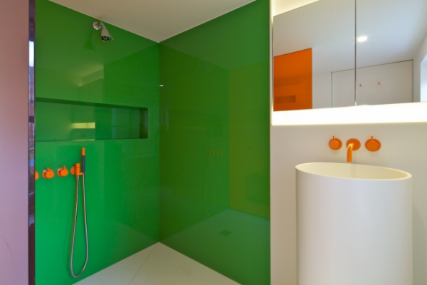 интерьер ванной комнаты с темя цветами