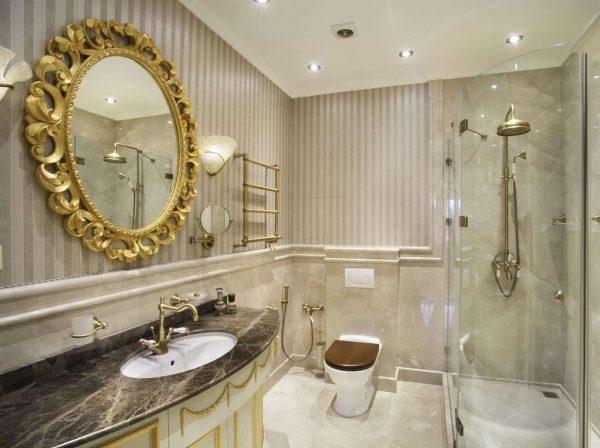 интерьер маленькой ванной комнаты в классическом стиле
