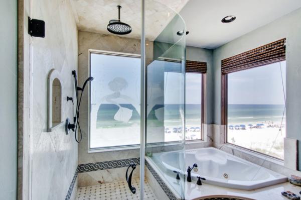 тропический душ и ванна в маленькой ванной комнате