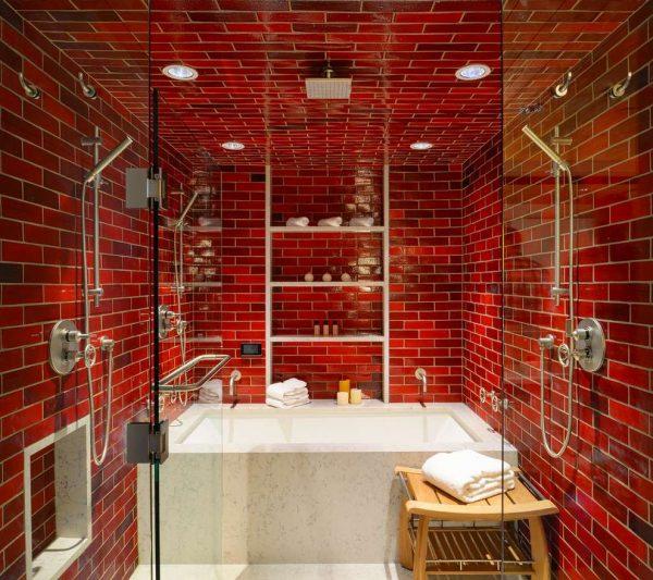 красная плитка в маленькой ванной комнате
