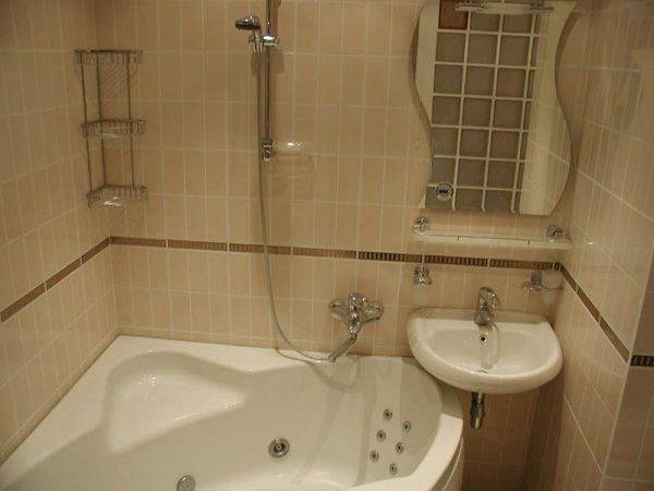 угловая ванна в интерьере небольшой ванной комнаты