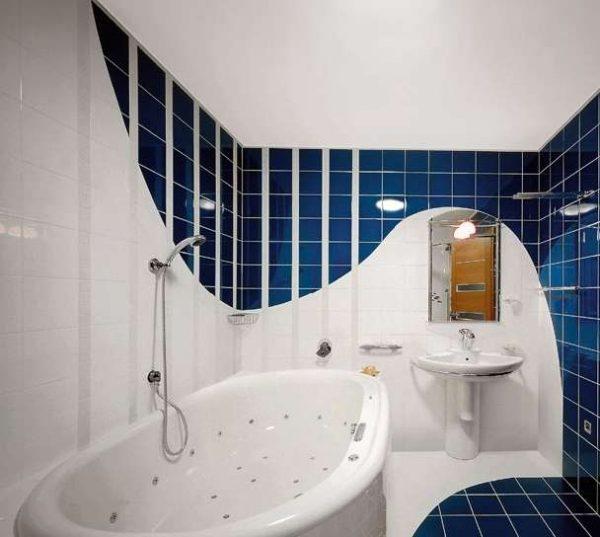 овальная ванна в маленькой ванной