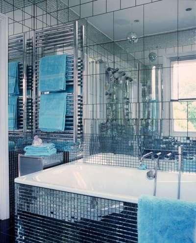 интерьер маленькой ванной с зеркальной поверхностью