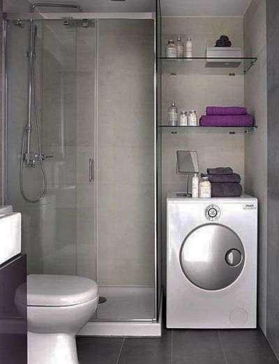 интерьер маленькой ванной комнаты с открытыми полками