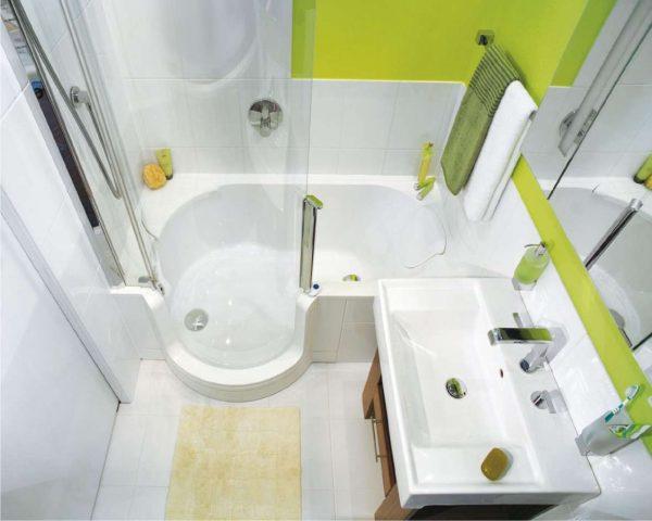 фигурная ванна в маленьком помещении