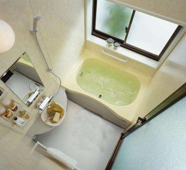окно в маленькой ванной