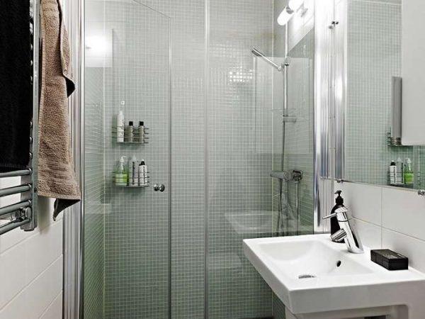 белая мозаика в маленькой ванной комнате