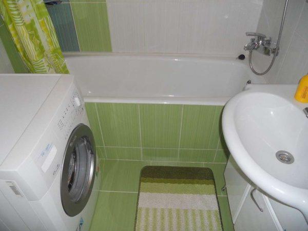 зелёная плитка в интерьере небольшой ванной