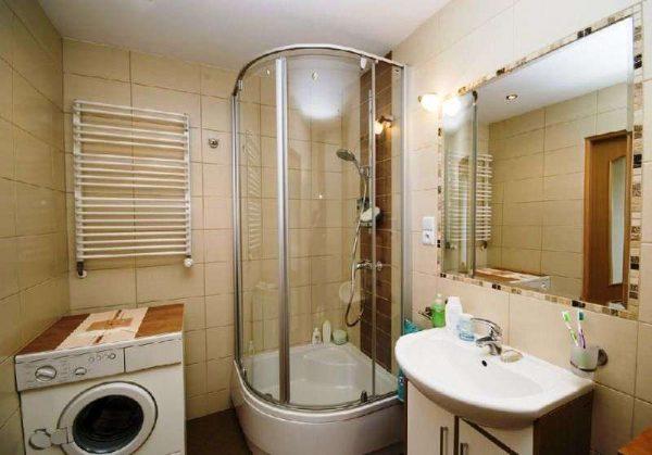 угловая душевая кабина в маленькой ванной комнате