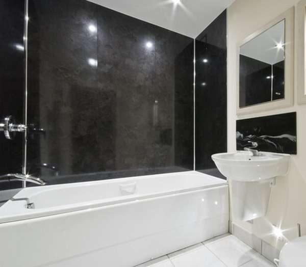 чёрные пластиковые панели в ванной