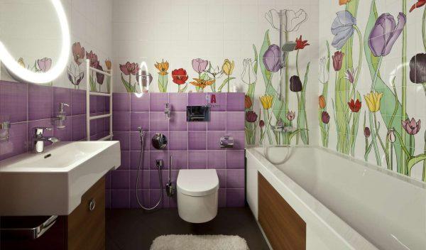 цветы на стенах в маленькой ванной комнате