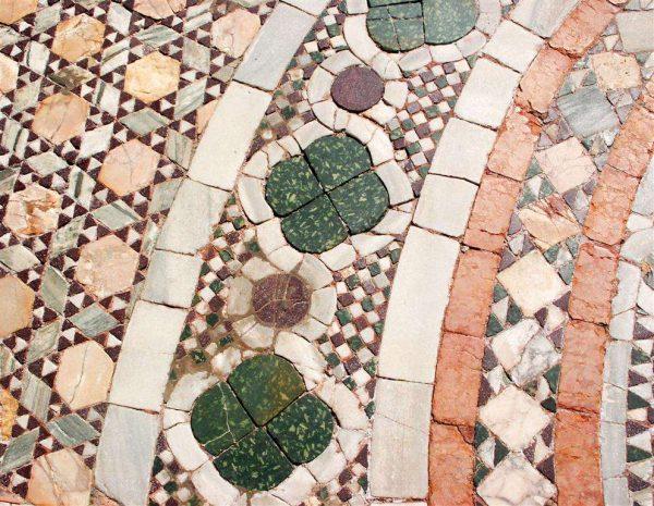 цветная мозаика из натурального камня в ванной
