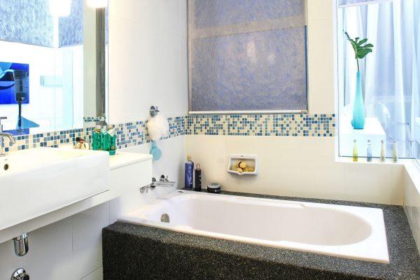мозаичный бордюр в маленькой ванной комнате